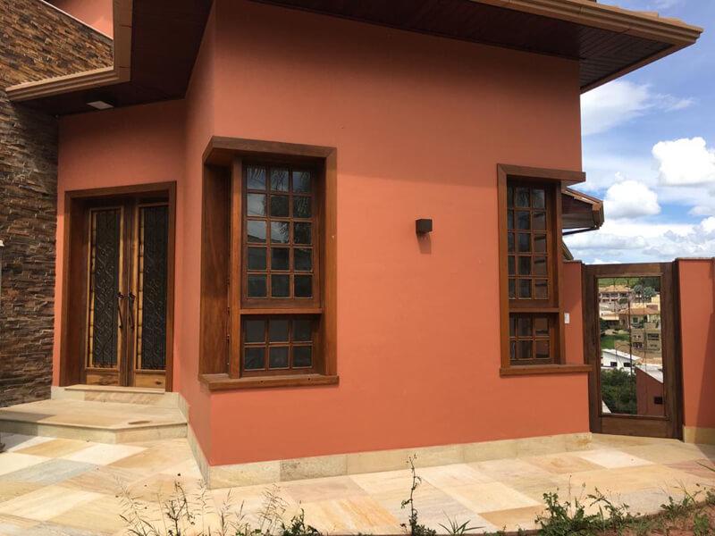 Fachada da Casa com Porta Mexicana