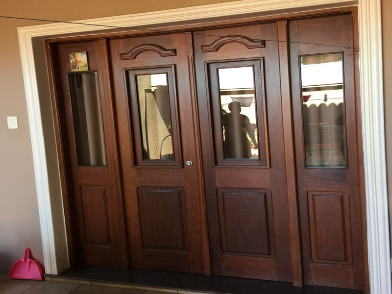 Porta Maciça de Almofada e Vidro