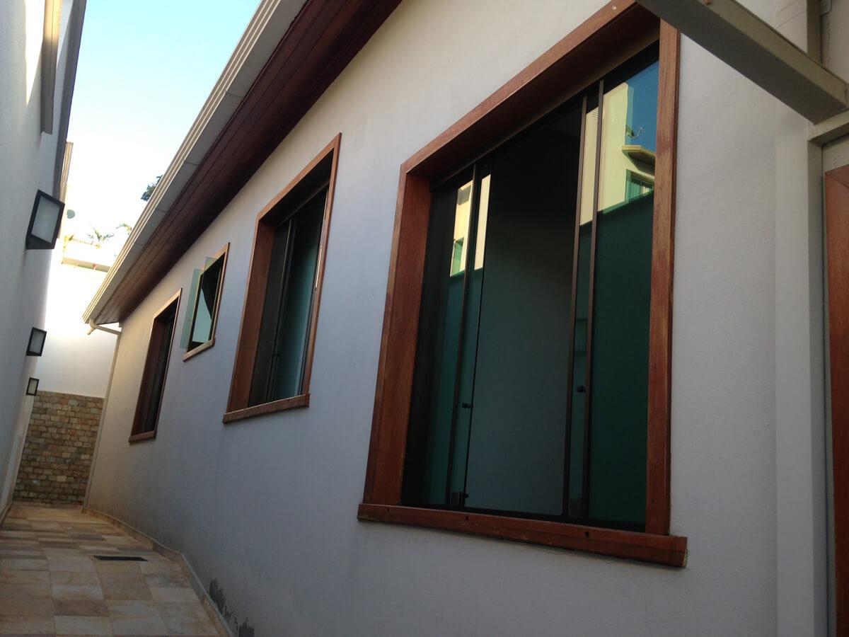 Lateral da Casa com Marco de Janela para Vidro Blindex