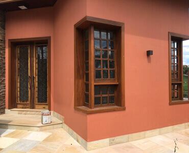 Fachada da Casa com portas e janelas de madeira