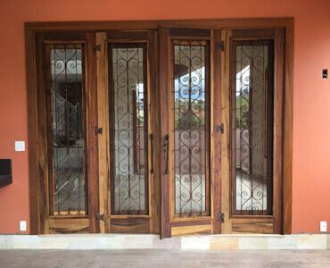 Porta de Vidro com grade de ferro