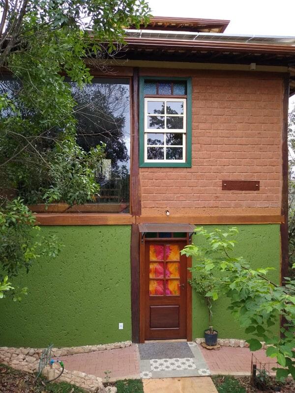 Vista Lateral da Casa com Porta Modelo Almofada e Vidro e Janela Guilhotina