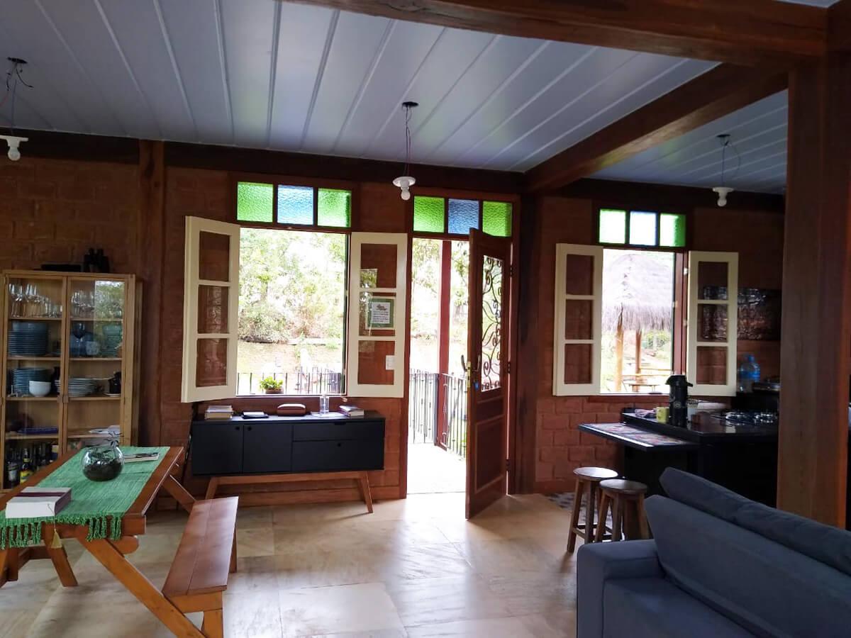 Vista Interna da Sala com as Janelas e a Porta Principal Modelo Romana