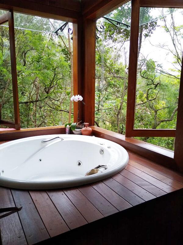 Vista Interna do Ambiente com Deck de Madeira Cumaru
