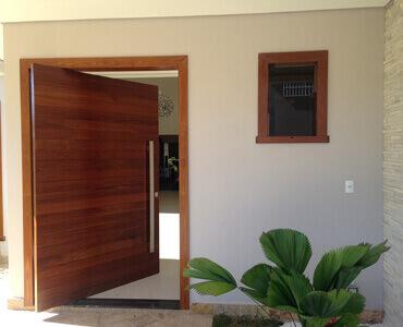 Entrada da casa com porta pivotante