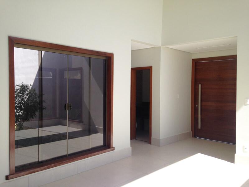 Vista Interna da Sala com Marcos de Janela de Madeira