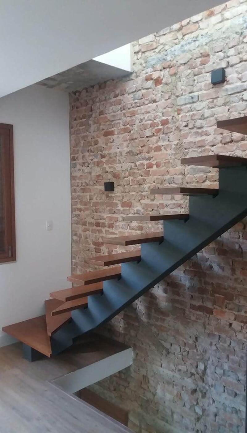 Escada com Degraus de Madeira Cumaru