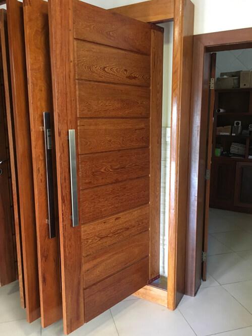 Porta Pivotante em Madeira Angelim