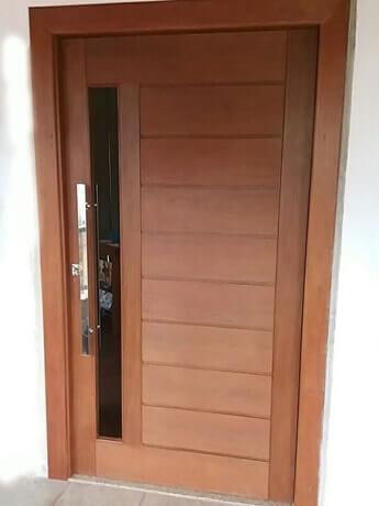 Porta Maciça com Placas e Vidro Embutido