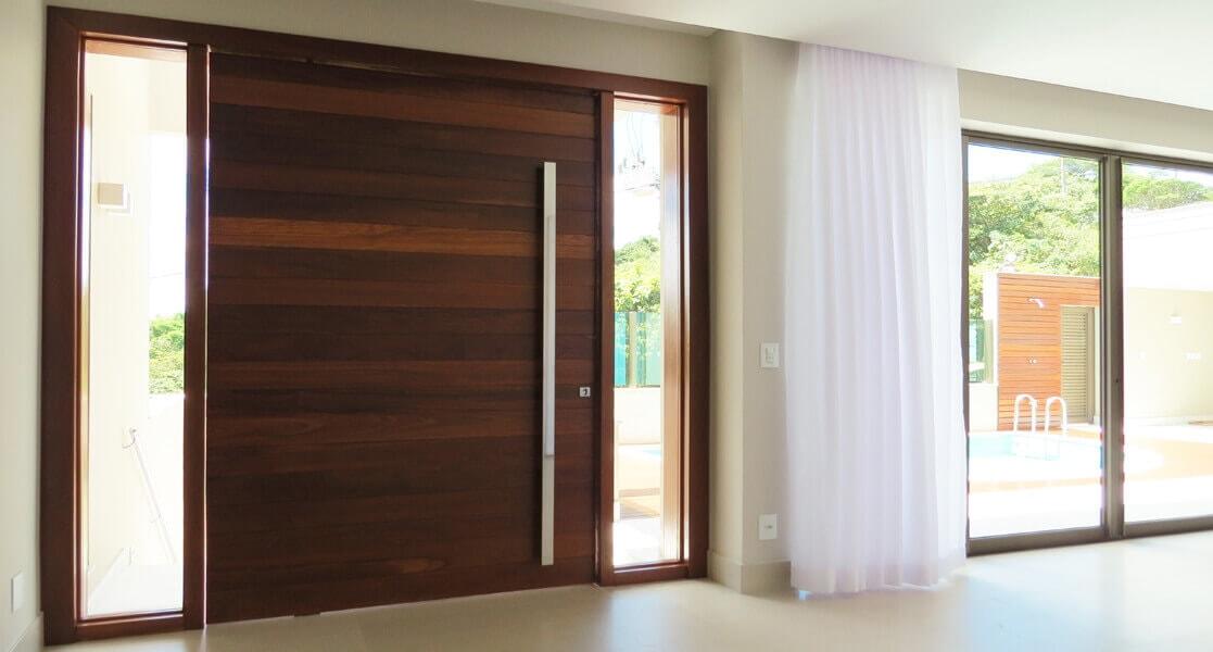 Exemplo de uma porta em madeira cumaru