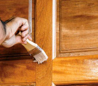 Como envernizar uma porta de madeira?