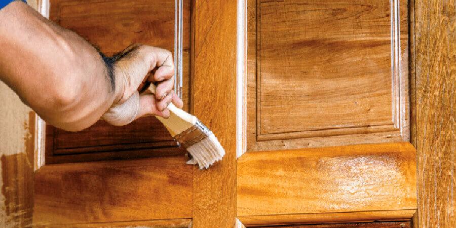 Como envernizar porta de madeira.