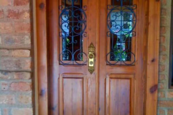 Porta Antiga com Grade de Ferro