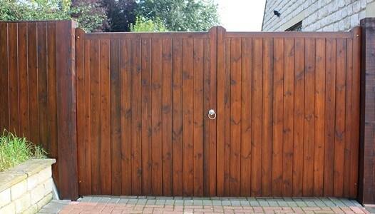 Portão de madeira moderno