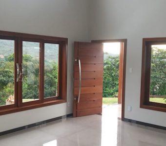 Como escolher portas e janelas de madeira para uma casa moderna?