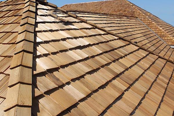 A telha de madeira traz charme para a casa